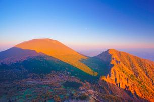 黒斑山から望む夕日に染まる秋の浅間山と剣ヶ峰と月の写真素材 [FYI01515687]