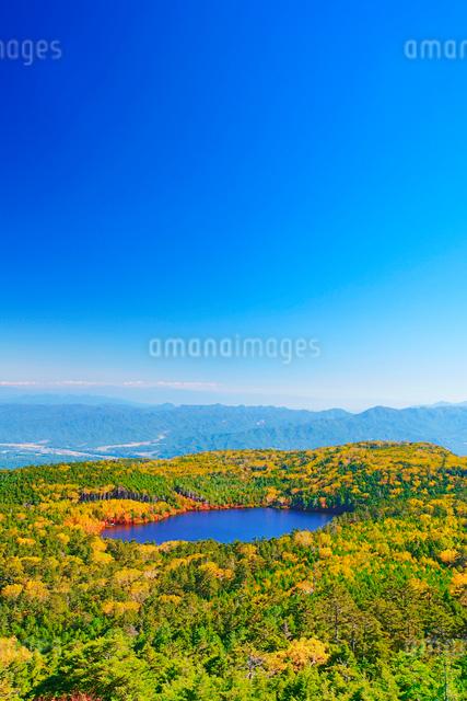 高見石から望む紅葉の白駒池と荒船山方向の山並みの写真素材 [FYI01515703]