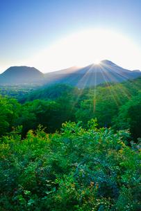 旧碓氷峠下から望む浅間山に沈む夕日と新緑の樹林の写真素材 [FYI01515749]