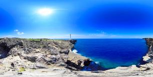 残波岬灯台と北西方向を中心とした海の写真素材 [FYI01515754]