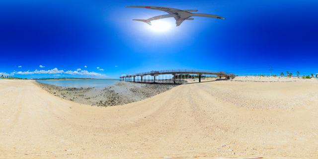 瀬長島から望む那覇空港に到着するJTAの飛行機の写真素材 [FYI01515766]