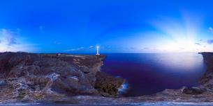 残波岬灯台と北西方向を中心とした黎明の海の写真素材 [FYI01515792]