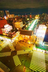 雷門前スクランブル交差点と雷門と仲見世と浅草寺の夜景の写真素材 [FYI01515795]