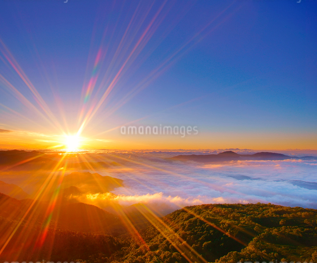 八ケ岳などの山並みと雲海と朝日の写真素材 [FYI01515842]