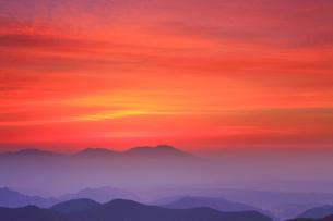 思い出の丘から望む浅間山と朝焼けの写真素材 [FYI01515900]