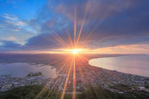 函館山から望む函館市街と朝日の光芒の写真素材 [FYI01515944]