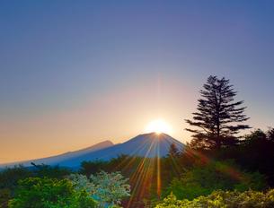 旧碓氷峠から望む浅間山に沈む夕日と新緑の樹林の写真素材 [FYI01515955]