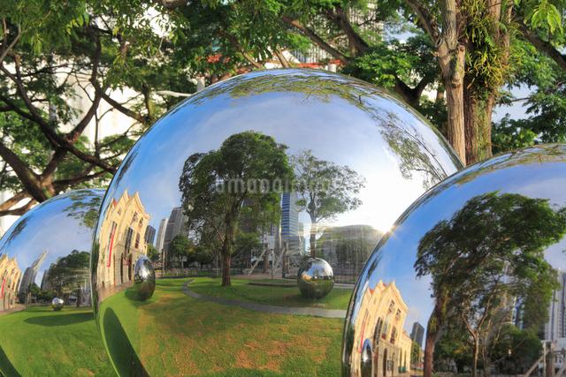 アジア文明博物館の芝生広場のステンレス球の写真素材 [FYI01515999]