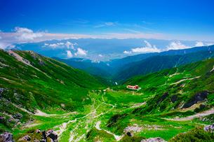 宝剣岳から望む千畳敷カールと南アルプス遠望の写真素材 [FYI01516094]
