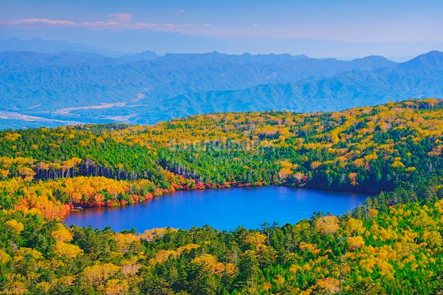 高見石から望む紅葉の白駒池と荒船山方向の山並みの写真素材 [FYI01516139]