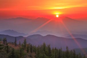 思い出の丘から望む浅間山と朝日の写真素材 [FYI01516217]