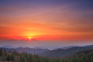 思い出の丘から望む浅間山と朝日の写真素材 [FYI01516224]
