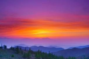 思い出の丘から望む浅間山と朝焼けの写真素材 [FYI01516274]