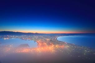 函館山から望む黎明の函館市街と朝霧の写真素材 [FYI01516383]