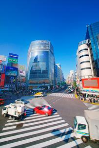 渋谷駅前スクランブル交差点と自動車の写真素材 [FYI01516420]