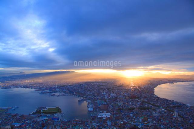 函館山から望む函館市街と朝日の光芒の写真素材 [FYI01516452]