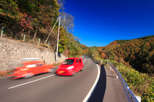 鳥居峠付近の国道144号と自動車の写真素材 [FYI01516468]