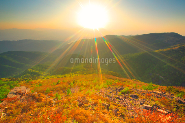 王ヶ鼻から望む穂高連峰方向の山並みと夕日の写真素材 [FYI01516474]
