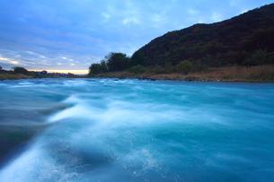 黎明の神川合戦地の千曲川の写真素材 [FYI01516610]