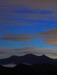 乗鞍岳から望む穂高連峰と槍ヶ岳と黎明の星空の写真素材 [FYI01516616]