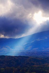九蔵峠から望む南西方向の夕日の光芒の写真素材 [FYI01516629]