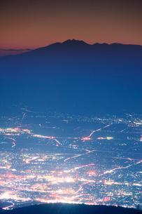 武石峰から望む薄暮の乗鞍岳と松本市街夜景の写真素材 [FYI01516634]