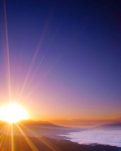 高ボッチ高原から望む富士山と雲海と八ケ岳から昇る朝日の写真素材 [FYI01516642]