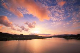 四万十大橋から望む夕焼けの四万十川の写真素材 [FYI01516658]