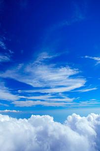 剣ケ峰から望む相模湾方向の雲海とすじ雲の写真素材 [FYI01516707]