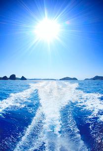 航跡と太陽の光芒と嘉比島など慶良間諸島の写真素材 [FYI01516726]