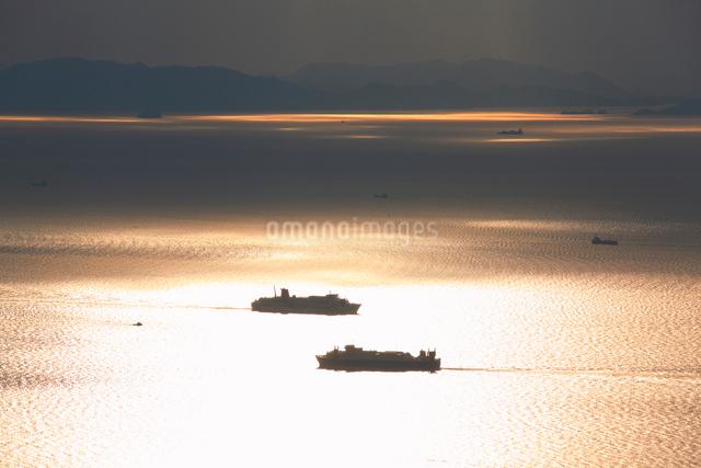 紫雲出山山頂展望台から望む夕方の瀬戸内海と交差するフェリーの写真素材 [FYI01516740]