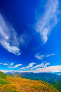 乗鞍岳位ヶ原の紅葉と乗鞍エコーラインと太陽の光芒の写真素材 [FYI01516749]