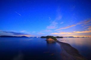 約束の丘展望台から望むエンジェルロードと流星の写真素材 [FYI01516786]
