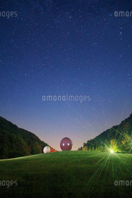 太陽の丘公園の球体状多面体のオブジェと星空の写真素材 [FYI01516800]
