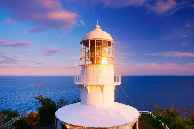 室戸岬灯台と夕日の反射と船の写真素材 [FYI01516866]