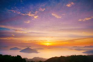 紫雲出山第一駐車場展望台から望む粟島などの島々と朝日の写真素材 [FYI01516873]