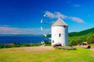 オリーブ公園の広場とギリシャ風車と瀬戸内海の写真素材 [FYI01516902]