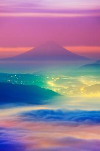 黎明の高ボッチ高原から望む富士山と雲海の写真素材 [FYI01516982]