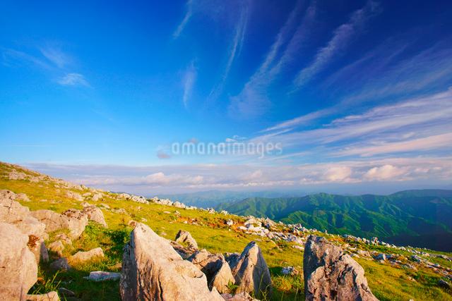 夕日に染まる五段高原の石灰岩群と鈴が森方向の山並みの写真素材 [FYI01517011]