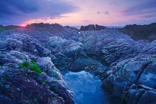 タービダイト層と雲間の朝日の写真素材 [FYI01517030]