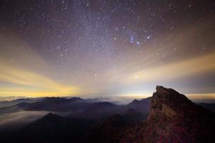 天狗岳とオリオン座などの星空の写真素材 [FYI01517063]