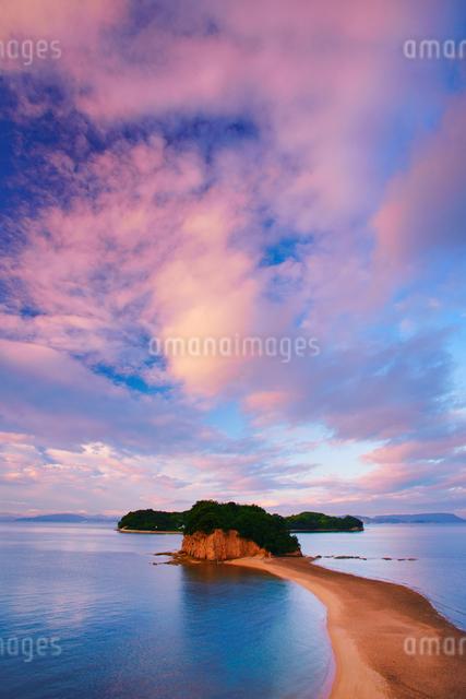 約束の丘展望台から望むエンジェルロードと朝焼けの写真素材 [FYI01517136]