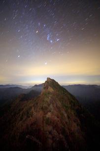 天狗岳とオリオン座などの星空の写真素材 [FYI01517183]