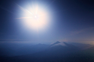 夜霧の晴れ間の石鎚山の弥山から望む二ノ森などの山並みと月の写真素材 [FYI01517267]