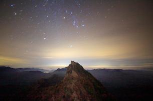 天狗岳とオリオン座などの星空の写真素材 [FYI01517289]