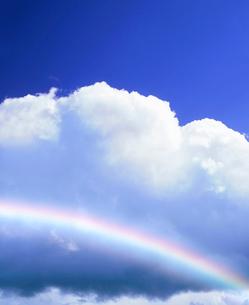 入道雲と虹の写真素材 [FYI01517404]