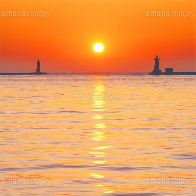 灯台と朝日の写真素材 [FYI01517819]