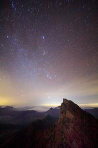 天狗岳とオリオン座などの星空の写真素材 [FYI01518059]