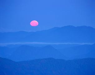 大仏岳方向の山並と月の写真素材 [FYI01518343]