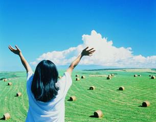 青空と草原と人物後姿の写真素材 [FYI01518570]